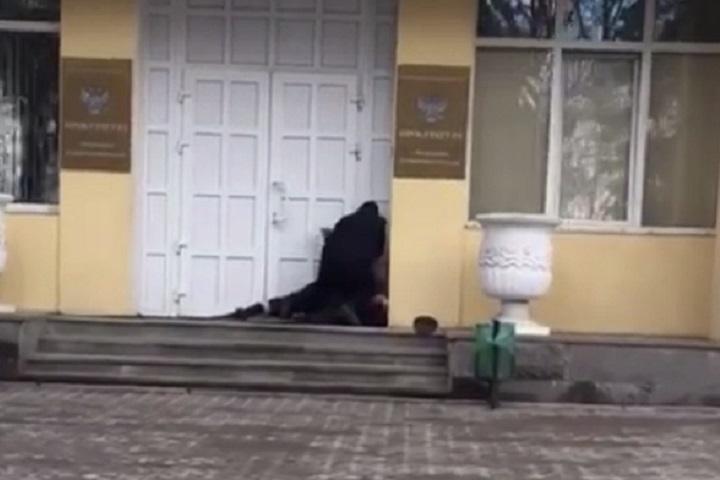 ВПятигорске удверей прокуратуры мужчина устроил потасовку