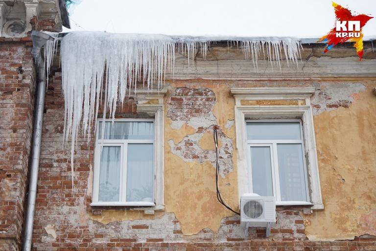 Ледяные глыбы продолжают падать науральцев! ВКраснотурьинске пострадали двое мужчин