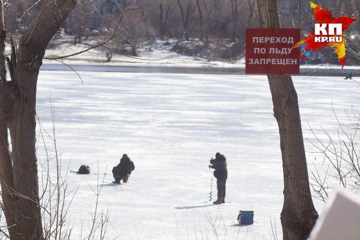 ВЕкатеринбурге трое молодых людей спасли рыбака, который ушел под лед