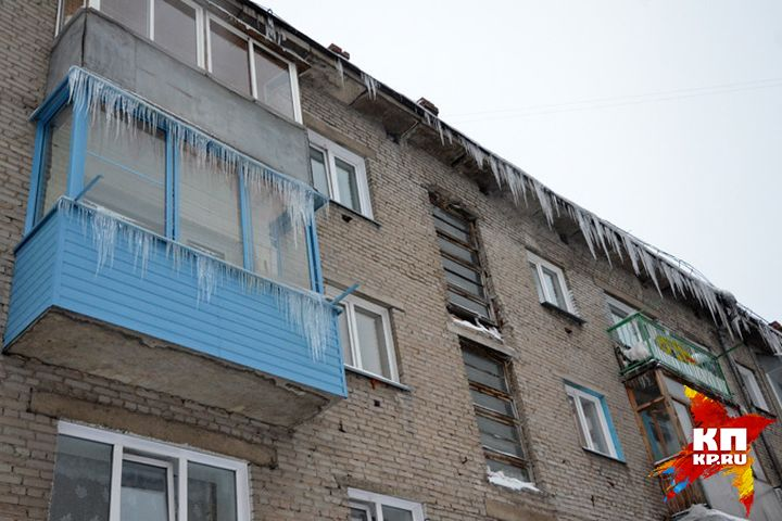 Лед скрыши вцентре Новосибирска упал напенсионерку