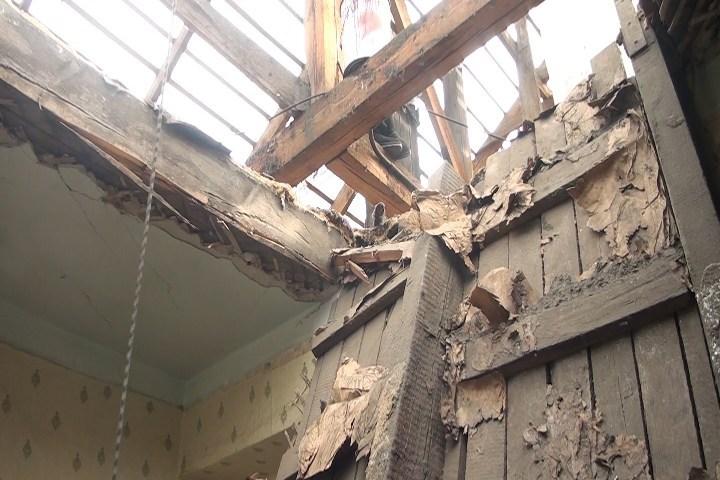 Потолок вквартире обвалился впроцессе капремонта жилого дома вИркутской области