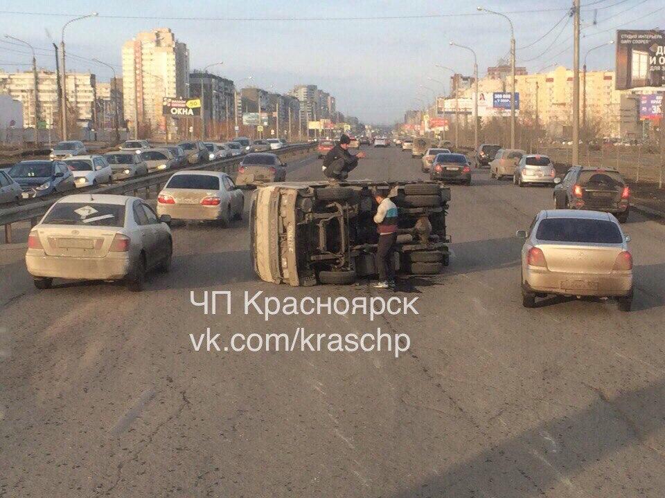 После ДТП синомаркой фургон перевернулся набок вКрасноярске