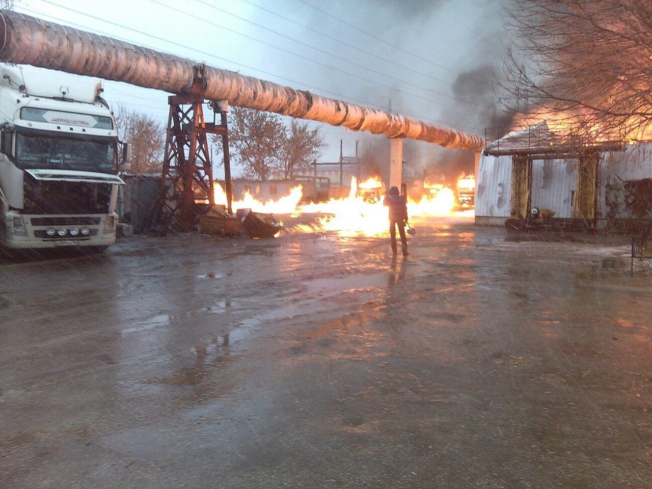 НаНовозаводской улице вТольятти полыхали 4 фургона иангар