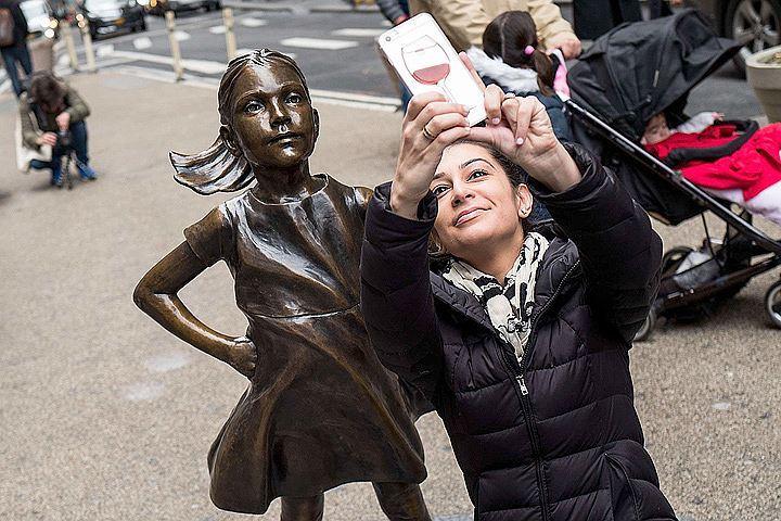 Скульптура «Бесстрашной девочки» простоит наУолл-стрит до последующего 2018