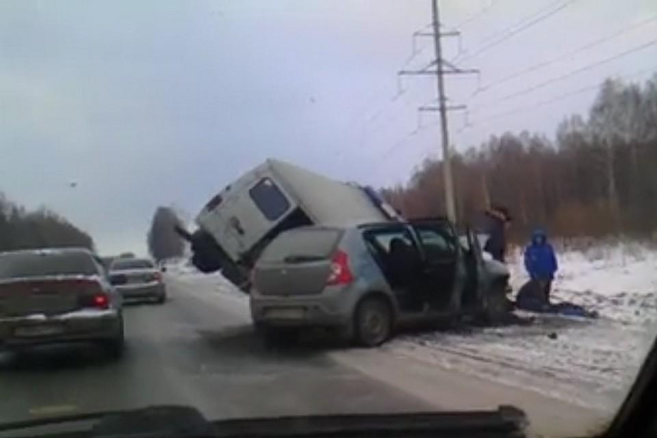 Навъезде вКемерово скорая помощь раздавила Рэно Sandero