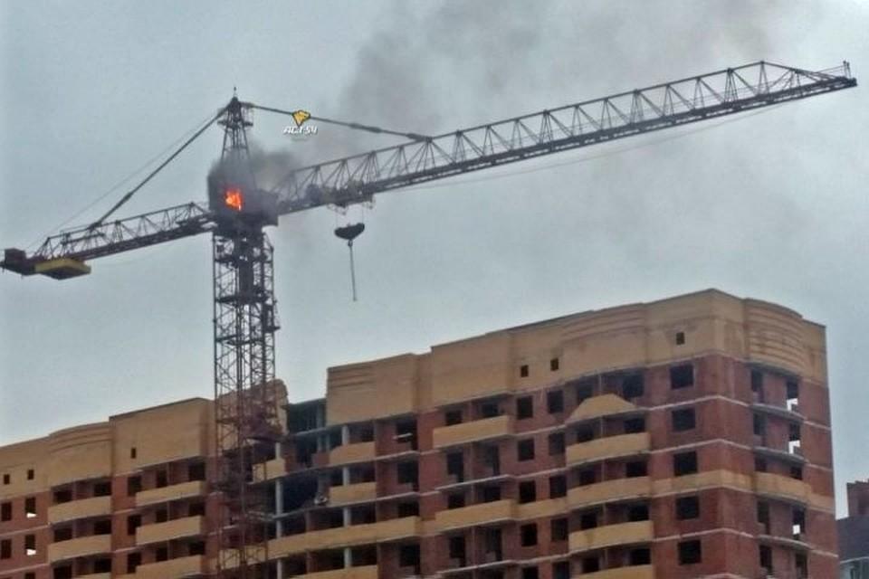Пожарные устранили возгорание вкабине башенного крана на50-метровой высоте