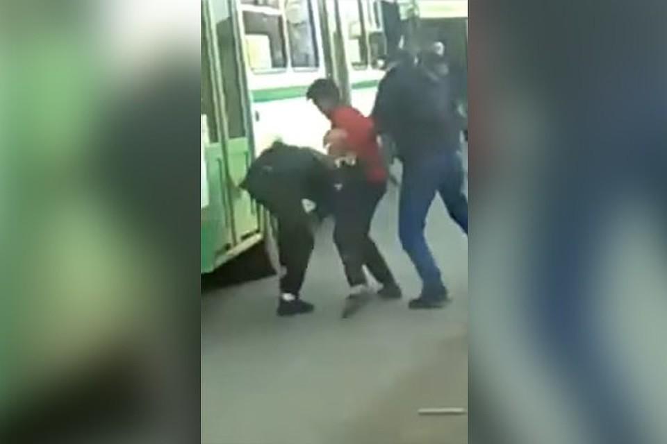 ВКрасноярске водители маршруток подрались наостановке автобусов
