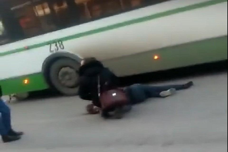 Вцентре Тюмени автобус переехал 17-летнего скутериста