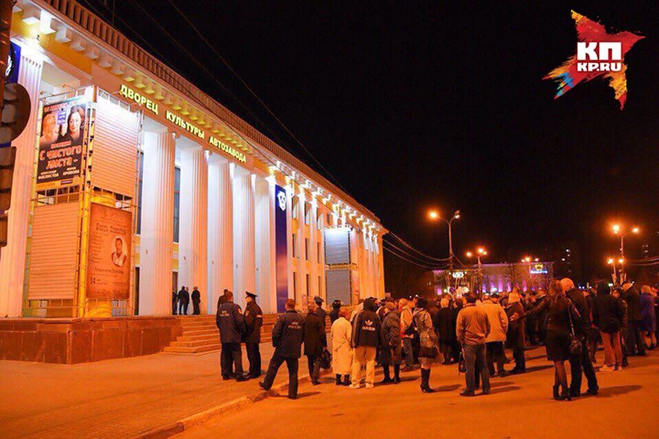 На концерте'Машины времени в Нижнем Новгороде зрителей эвакуировали из-за угрозы взрыва. Фото Елена ФИРСОВА