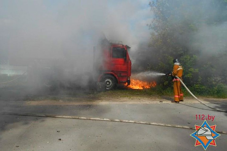 Тушивших пожар спасателей вКалинковичском районе сбил автомобиль