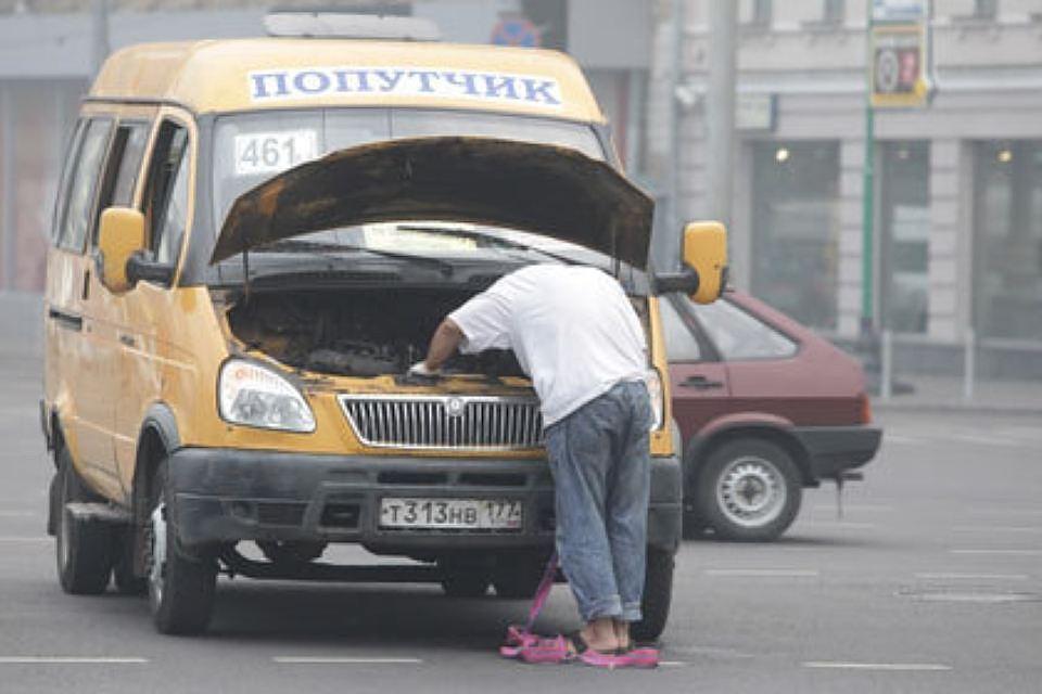 Суровый шофёр маршрутки держал пассажиров вдымящемся авто