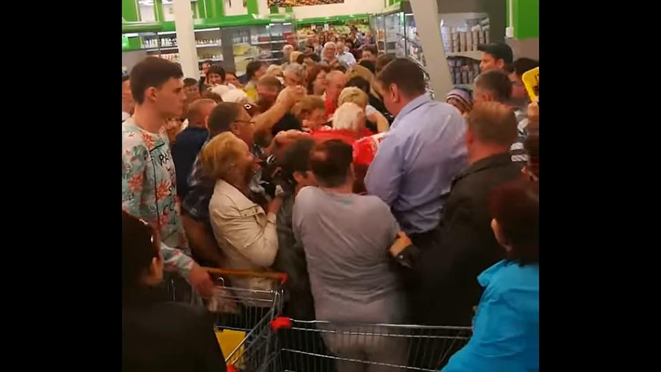 ВОмске пожилые люди устроили битву засахар, попавший в акцию распродажи