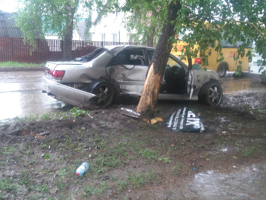 Чудовищная авария вБашкирии: легковую машину буквально намотало надерево
