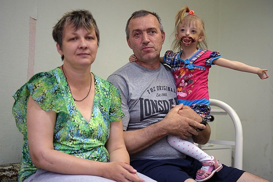 Елена и Юрий с дочкой с больнице. Дарине предстоит еще несколько операций - по одной каждые два года