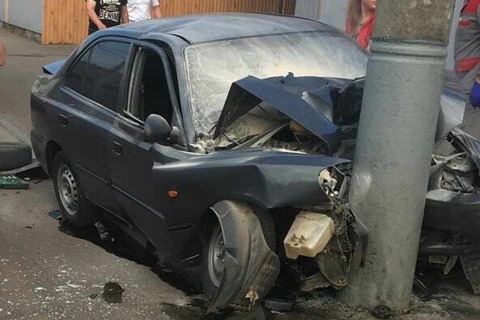 ВКраснодаре иностранная машина врезалась встолб, три человека погибли