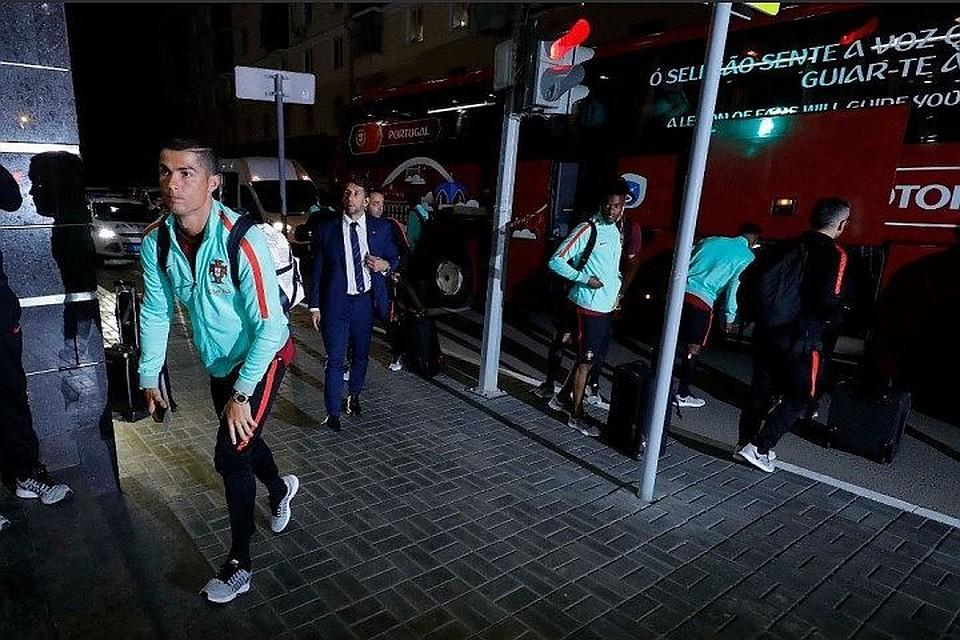 ВКазани нападающий «Реала» Роналду расписался напаспорте одного изболельщиков