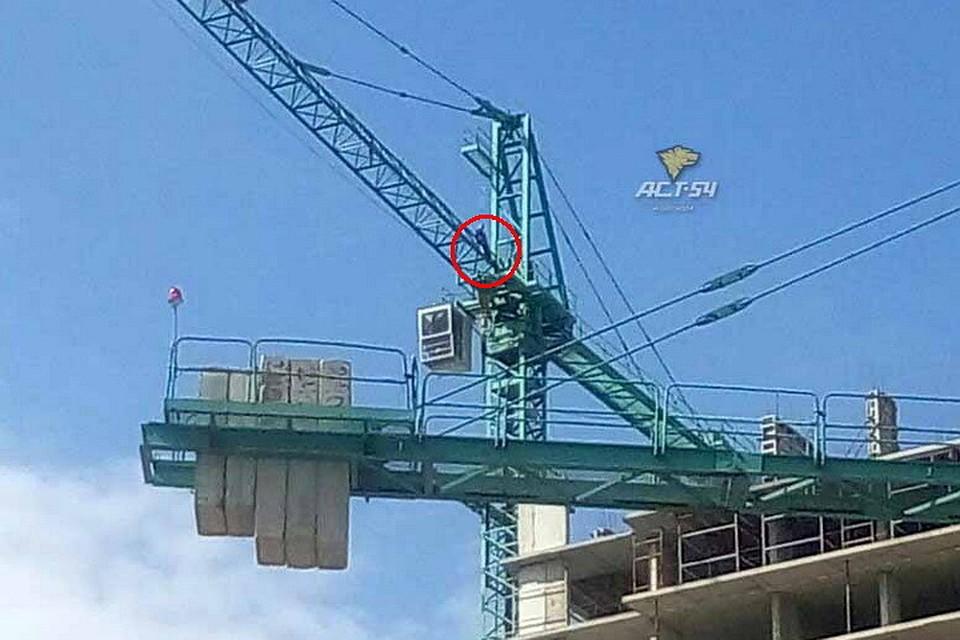 Новосибирский строитель грозился спрыгнуть скрана из-за задержки заработной платы