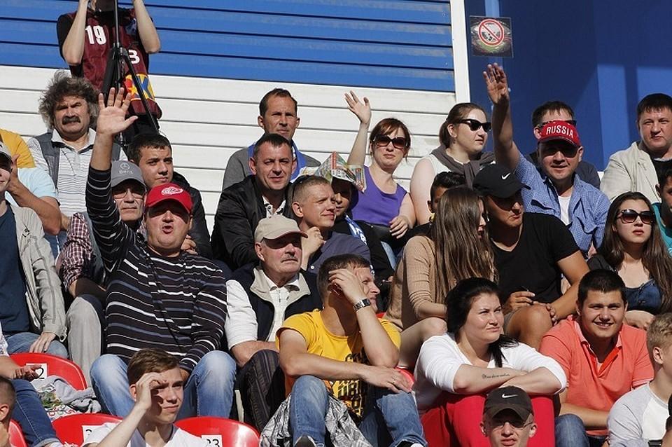 Красноярские болельщики забросали трибуны деньгами вовремя игры «Енисея» с«Сибирью»