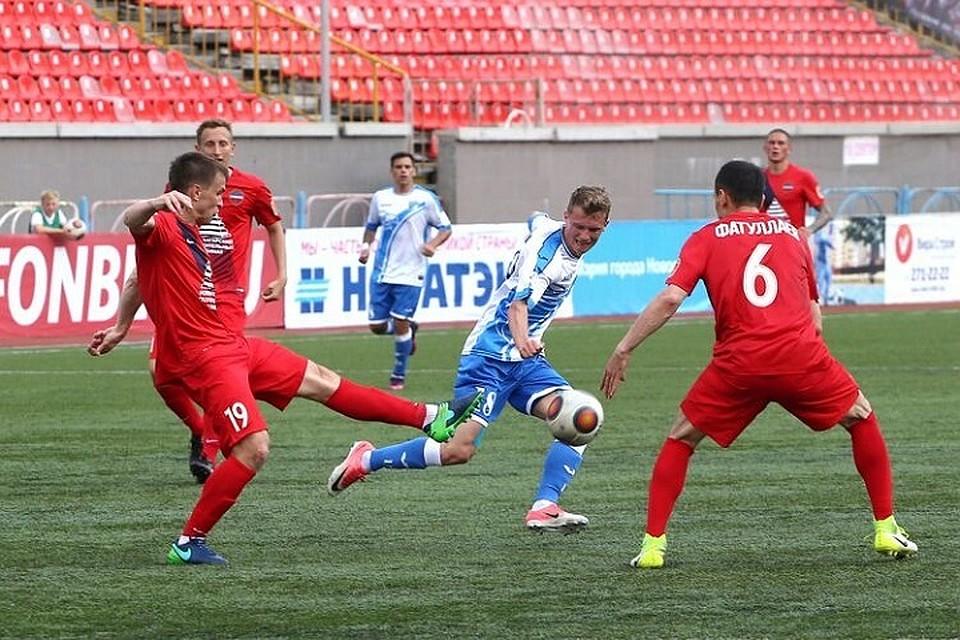 ФанатыФК «Енисей» возмутились платными билетами изабросали трибуны стадиона «Сибири» деньгами
