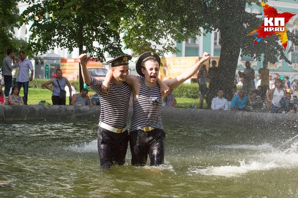 Командующий ВДВ связал традицию купания вфонтанах сДнем Ильи-пророка