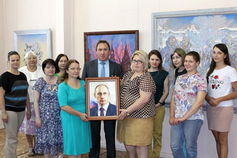 Никас Сафронов подарил портрет В.Путина алтайскому музею
