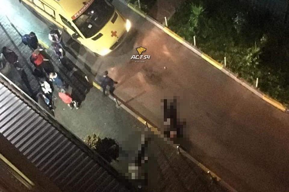 С подъездного балкона 17-го этажа дома на улице Овражной 16 выпали молодой человек и девушка
