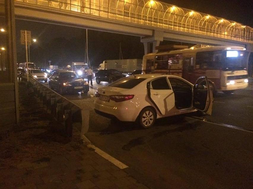Автомобиль сбил людей наостановке вКраснодаре