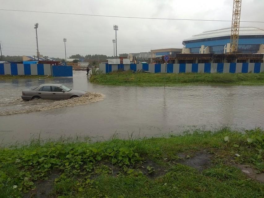 «Сельма— это треш какой-то»: из-за дождя затопило улицу рядом сДС «Янтарный»