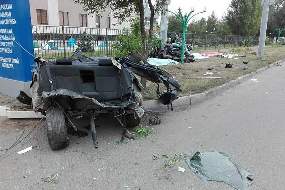 Три человека погибли при столкновении автомобиля срекламным щитом вОренбурге