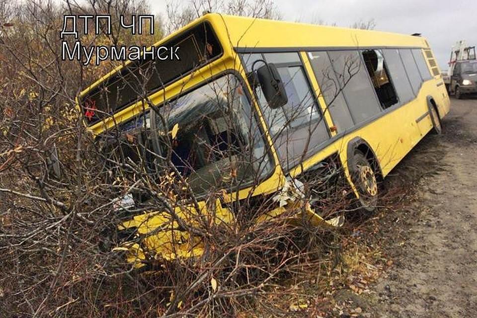 ВМурманске около  старого КПП столкнулись автобус илегковушка