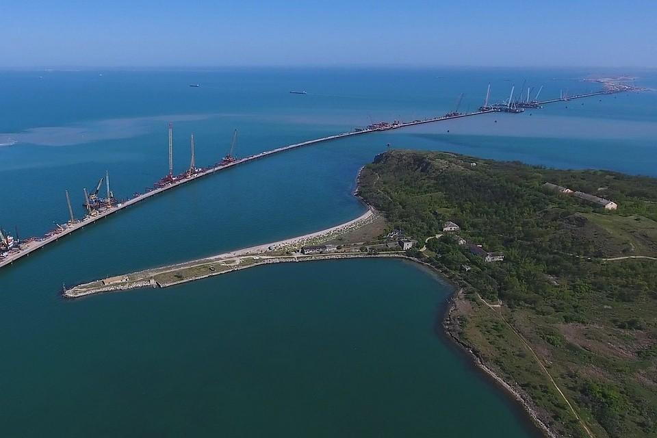 Установленная автодорожная арка Крымского моста: вид скоптера