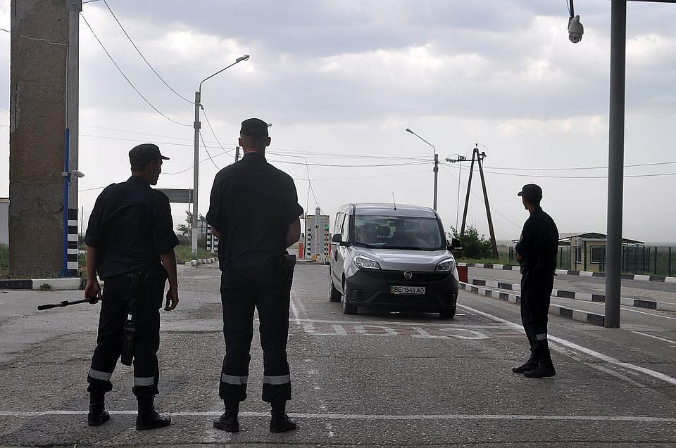 Украина закрывает один изпунктов пропуска награнице сКрымом