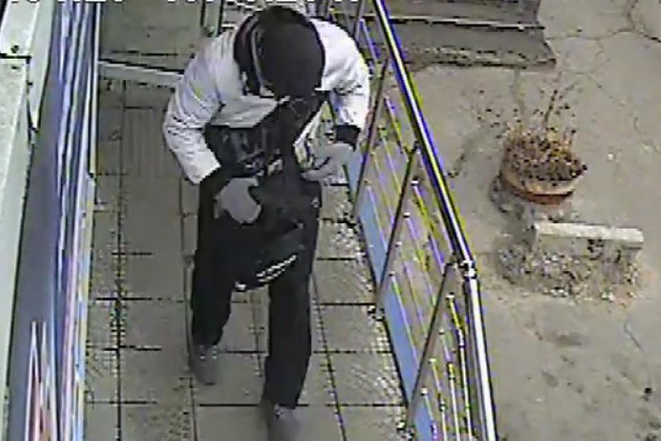 Милиция  объявила врозыск подозреваемых ввооруженном ограблении магазина цифровой техники