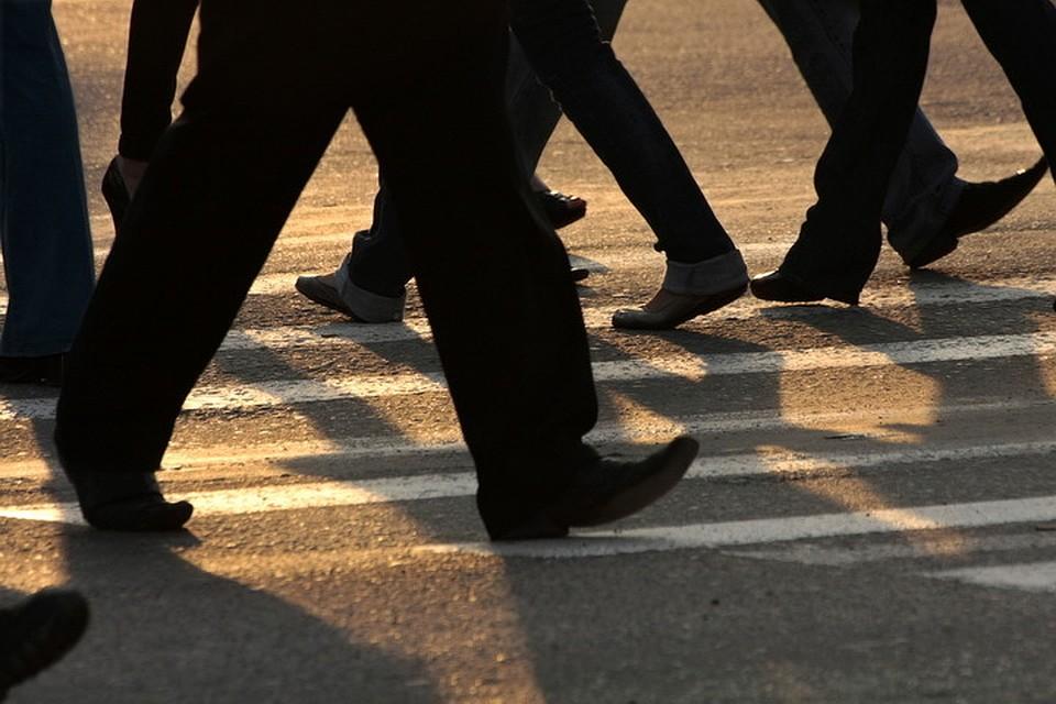Шофёр такси сбил маму стремя детьми вПскове