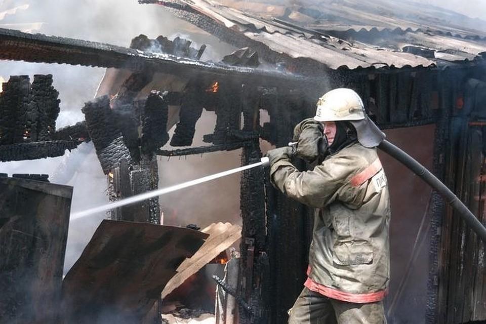 ВОктябрьском районе Новосибирска пожарные спасли изгорящего дома 30 человек