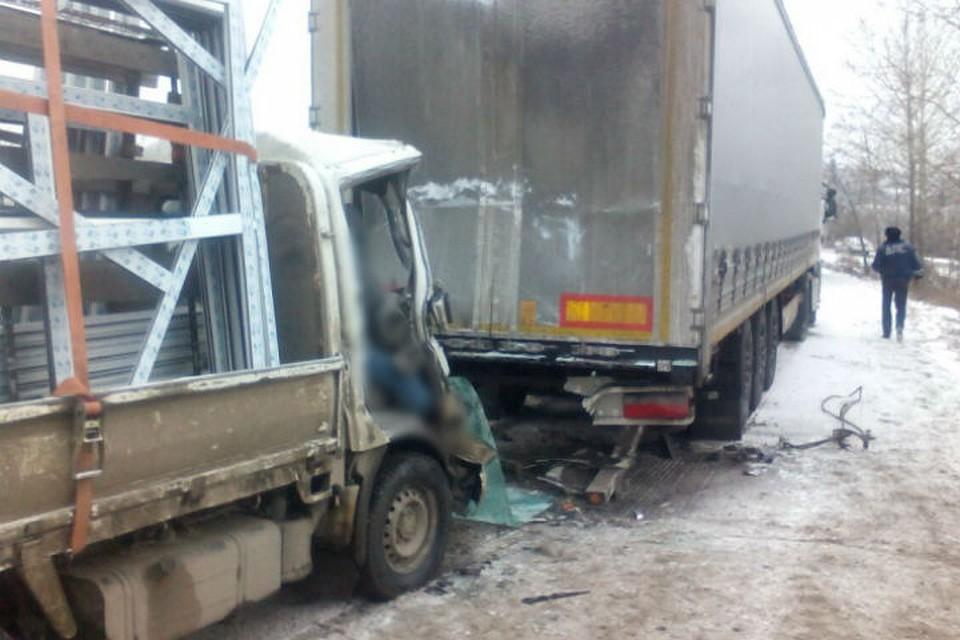 ВЛенинском районе Иркутска вДТП сфурой умер шофёр Тойота Toyoace