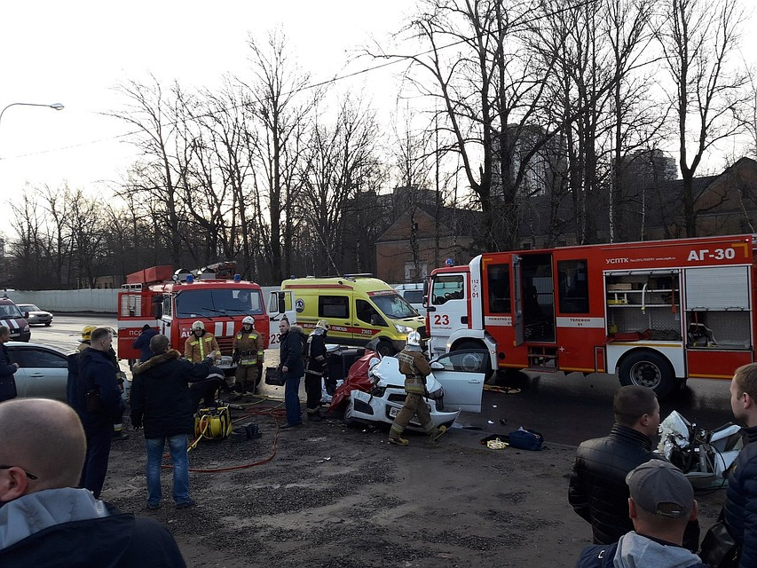 Жуткое ДТП вПетербурге: легковую машину разорвало после столкновения с«КамАЗом»