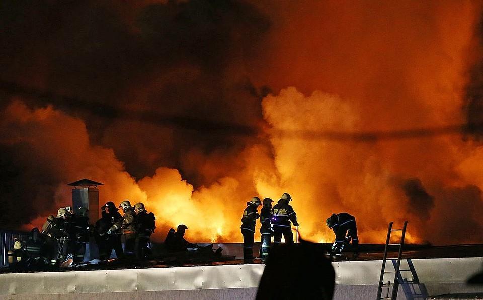 Из-за пожара вклубе «16 тонн» эвакуированы десятки человек