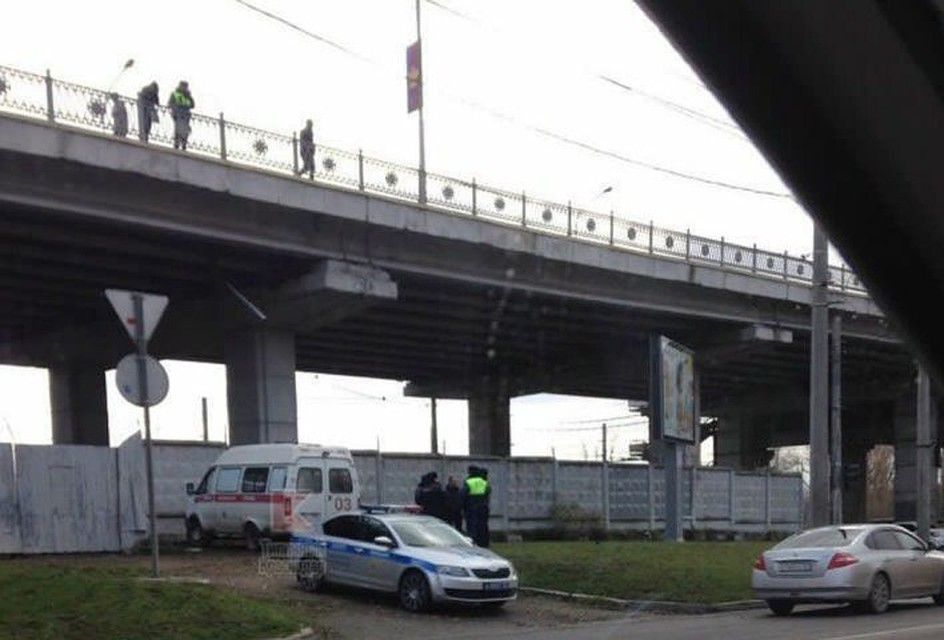 ВКраснодаре мужчина упал сТургеневского моста иразбился