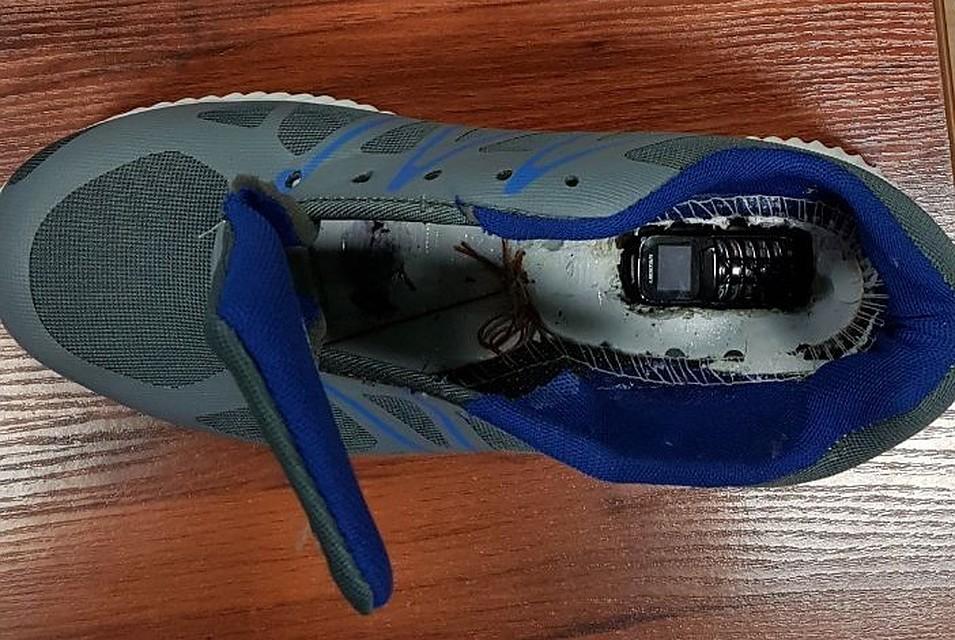 Вколонию Батайска пытались передать кроссовки с«начинкой»