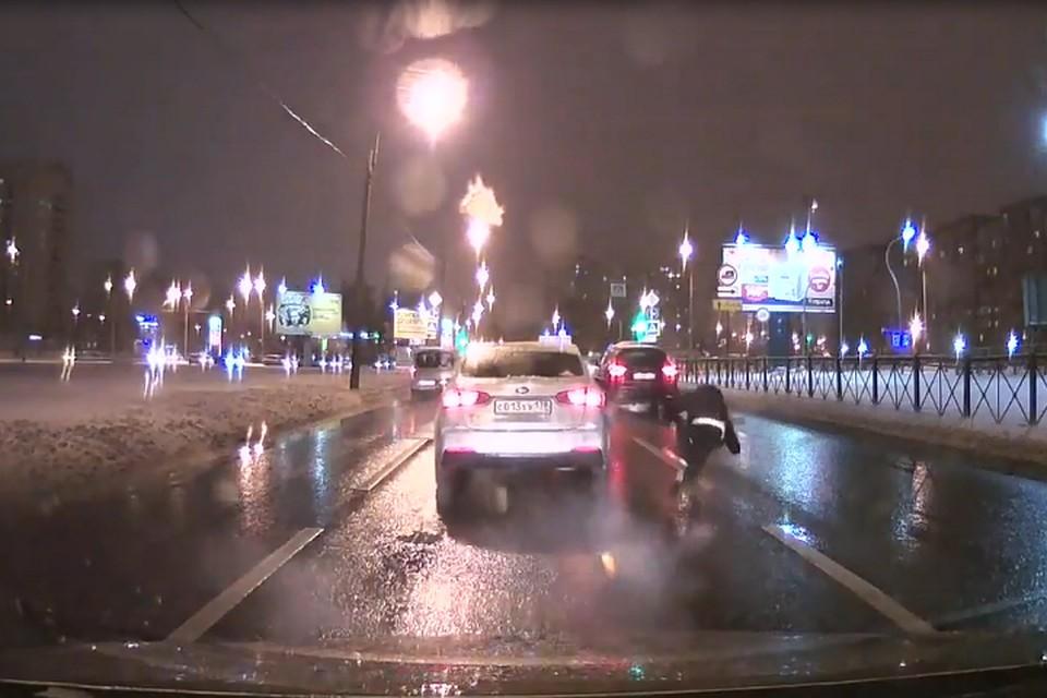Появилось видео, как девушка выпала изавтомобиля впериод движения
