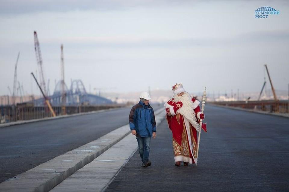 Дедушка Мороз приехал посмотреть наКрымский мост. Ему подарили ёлку изарматуры