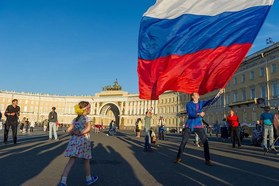 «Патриотическая» кража флага вПетроградском суде привела петербуржца кпсихиатру