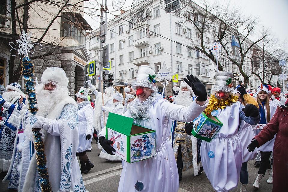 Тысячи Дедов Морозов иСнегурочек устроили парад вцентре Краснодара