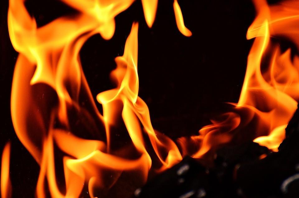 ВСмоленском районе двое рабочих подожгли дом здешней жительницы