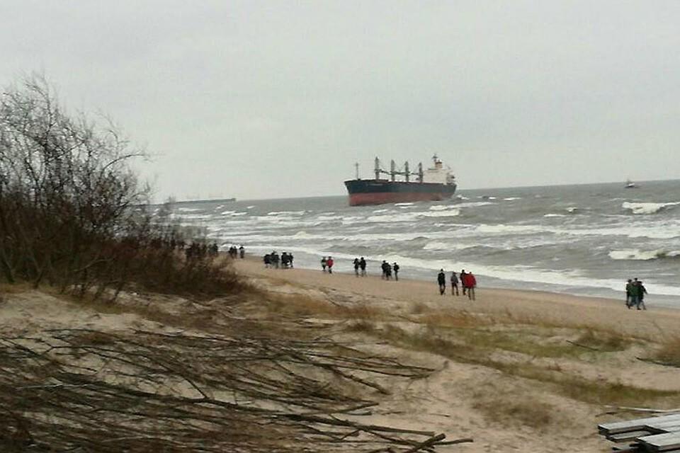 ВКлайпеде исключили опасность разлива нефти из-за севшего намель судна