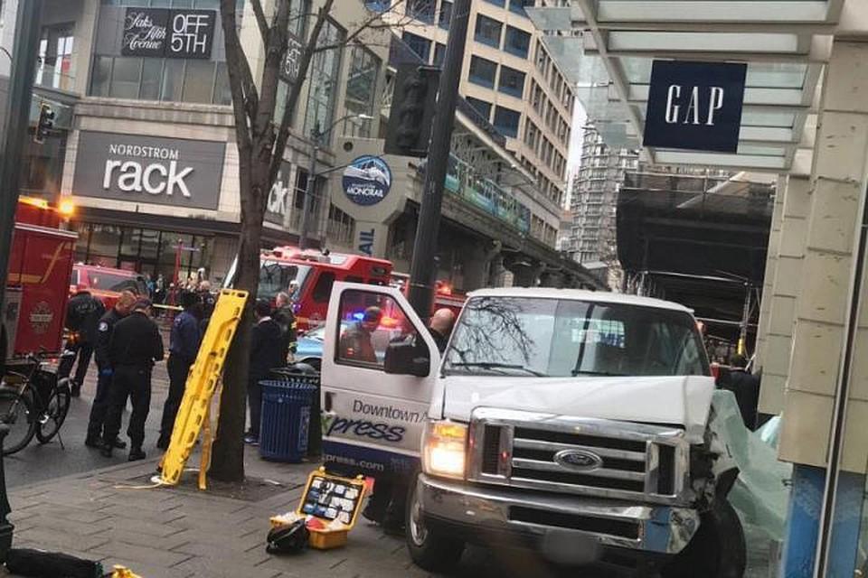 5 человек пострадали при наезде маршрутки натротуар вСША