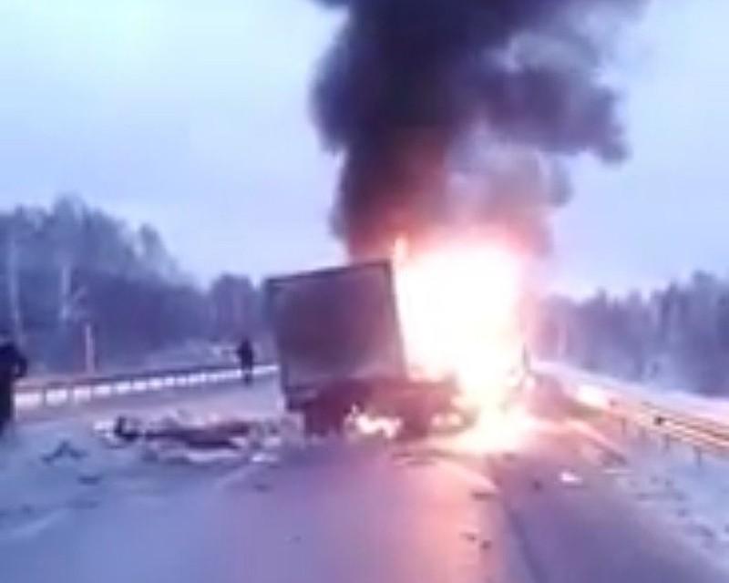 Дети пострадали вДТП свозгоранием натрассе «Тюмень— Ханты-Мансийск»