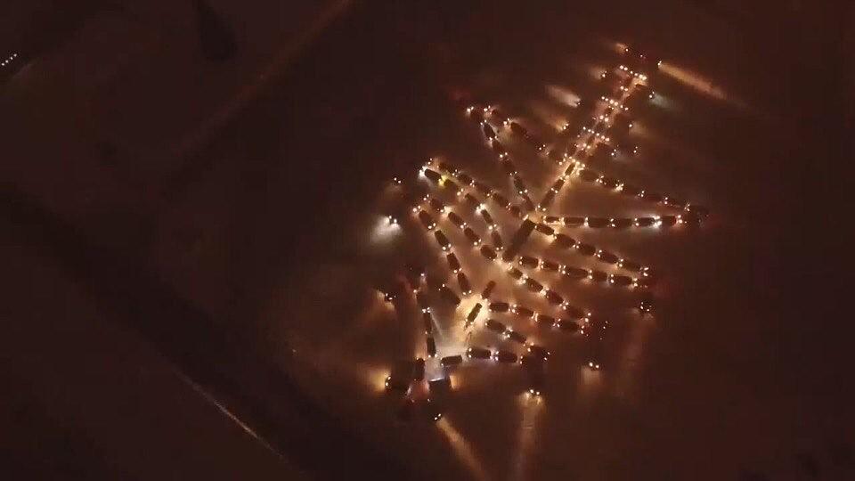 ВЕкатеринбурге сделали елку из неменее  120 авто