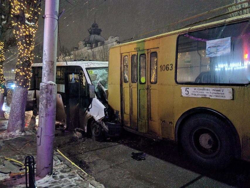 ВРязани столкнулись маршрутка итроллейбус: пострадали 9 человек, среди них дети